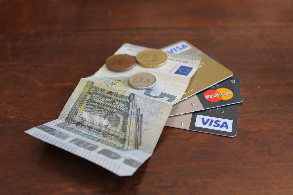 Чем зарплатная карта отличается от дебетовой