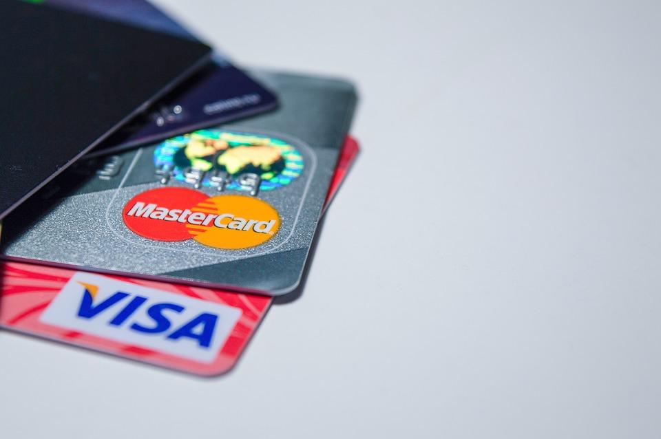 Отличия зарплатной карты от дебетовой